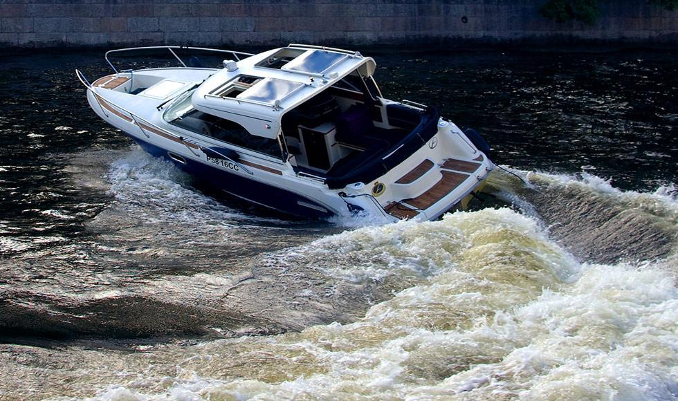 катер Aquador во время маневра