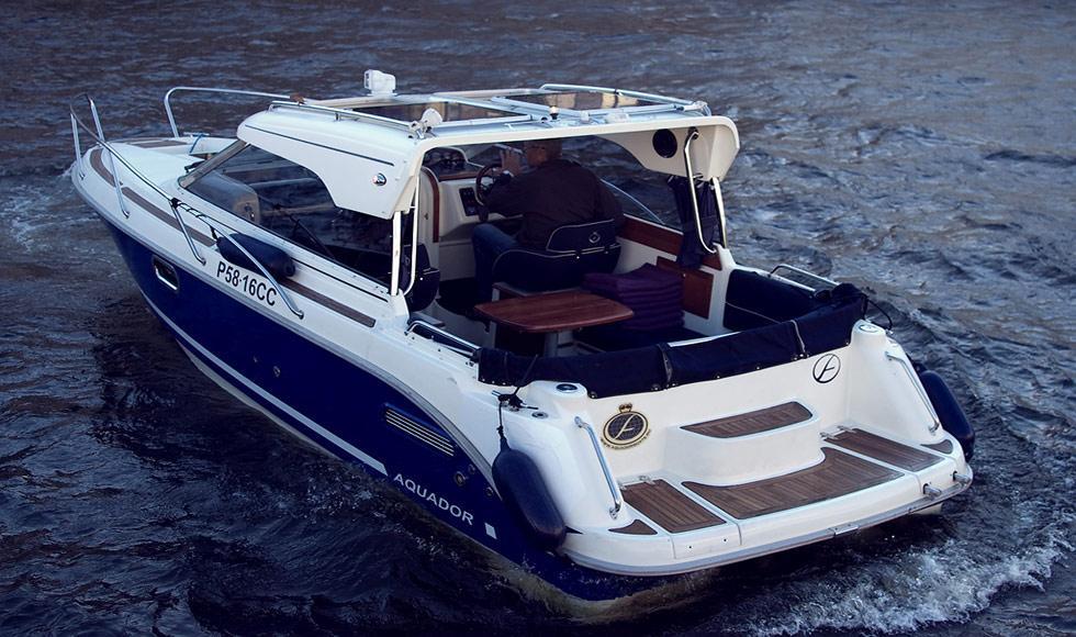 задняя часть катера Aquador