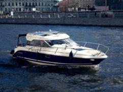 носовая часть катера Aquador