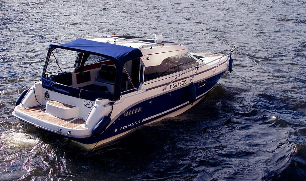катер Aquador на Неве