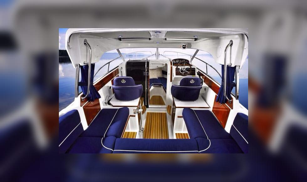 Интерьер салона катера Aquador 23.