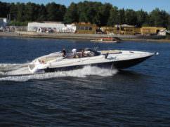 Вид с боку на катер Sunseeler