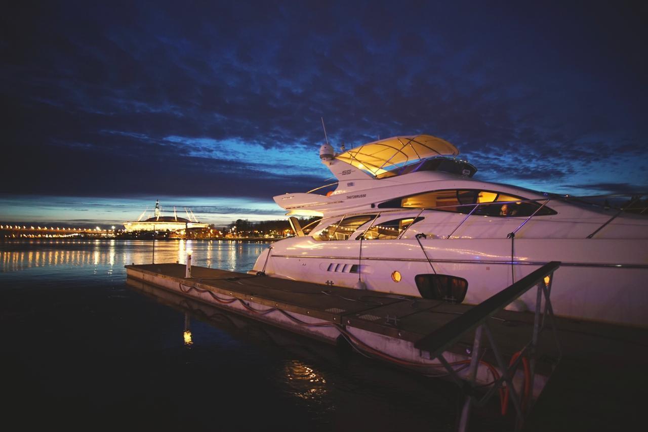 ночной вид на яхту AZIMUT 55 FT